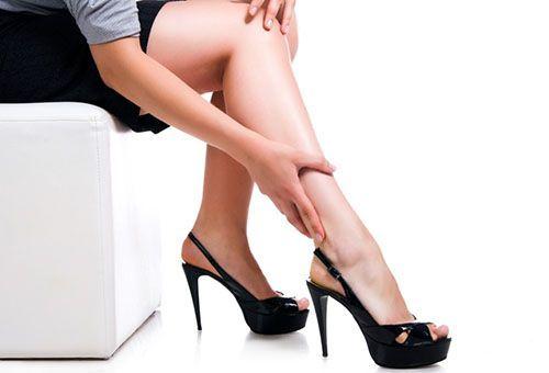 Жіночі ноги в босоніжках на підборах