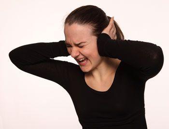 Що викликає сильний біль у вусі