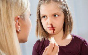 Як правильно і швидко зупинити кров з носа у дитини?