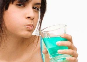 Полоскання при болю в горлі - кращі препарати, рецепти і правила
