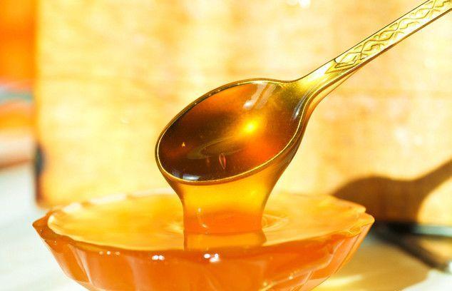 Ллється мед з ложечки в піалу