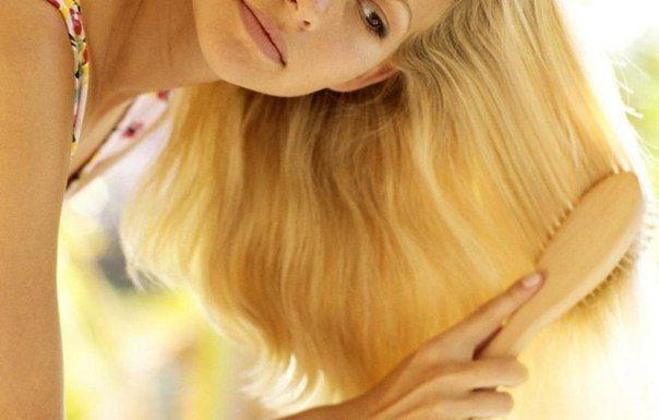Жінка розчісує волосся
